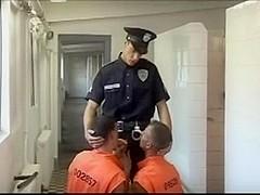 Trio entre reclusos y policia