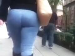 Nalgona en jeans y botas