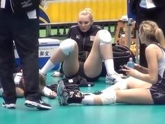 ATTRACTIVE BLONDE SPREADING HER SEXY ATHLETIC LEGS UNAWARE