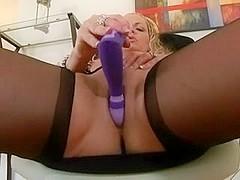 Matrue in hose fucks cunt and squirts