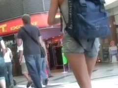 Tourist babe with hot figure and sexy legs in the street candid action