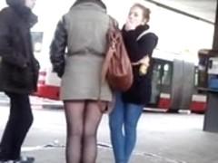 Young sexy legs near metro) Sexy Beine an der U-Bahn)