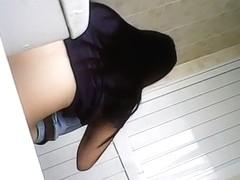 Vietnamese teen in beeclub toilet