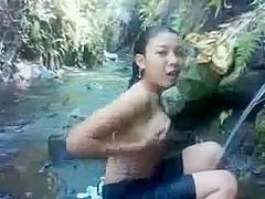 mandi sungai