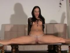 German gymnast masturbates and rides her dildo in the splits