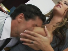 Booty office worker pleases her boss with her mouth