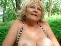 Cojiendo con la abuela en el parque