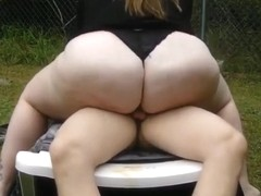 Nerdy bbw rides herself to a moaning orgasm in the garden