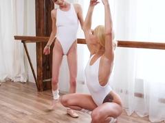Petite sluts Elsa Jean and Piper Perri have lesbian sex